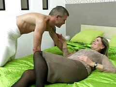 Két leszbikus barna hajú úgy dönt, hogy kezdődik a nap egy simogatás számít, nem hagyja el az ágyat, elkezdenek adni egy másik orgazmus. A szépség, a meztelen nagyon izgatott, hogy a fiatal, gyönyörű test, majd elkezdi verni pár rugalmas mell, szét a lábát, majd szex műfasszal tegye a kezét, hogy simogassa a lány, borotválkozás. Híres nők nyalni vagina, orgazmus a mély anális szex.