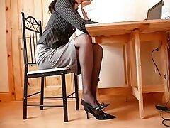 Egy gyönyörű nő nem öregszik vegye le a szexi ruhát a saját tartani a dolgokat, hogy az anyja született. Párosítsa a nagy melleket és a baba rugalmasságát, amint szabadon érzik magukat. Lefeküdt az ágyra, és az ujjaival kezdte stimulálni magát. Ezután nagy faszt kap egy érett nő, Nagy Mellek kitolja a vibrátor a hüvelybe, majd aktívan nyomja vissza, utánozva a mozgás a pénisz.