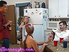 Szereted a szexet? Egyes lányok utálják, hogy megmutassák, hogyan kell helyesen befejezni (vagy szimulálni az orgazmust) ugyanezen amator pornok okból. A lányok ujjaikat és szexuális játékaikat lyukakba tették, majd Kuni sweet-be költöztek. Nos, ahogy ez a szoba meleg!