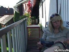 Egy hűvös lány megy a fürdőszobába Kávézó, hogy ne csak megy egy kisgyerek, hanem sokk dugók a. Amint elkezdi simogatni rejtet kamerás sex a fekete kakas tele irritáció jelennek meg a lyukak a falon. Ez meglepő neki, ugyanakkor elégedett, a lányok elkezd blowjob, hogy egy fekete ember furcsa. Oroszok szopja a fekete kakas jelenik meg a lyuk a WC-ben, segítsen magának, de hamarosan kapott egy ajándék tele spermával.