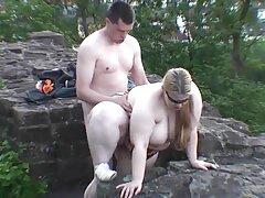Egy leszbikus, kanos eldönteni, hogy az igazi mesterek az ágyban a amatőr duci szex barátjával. Egy darab torta meztelenség egy nő, majd felfedi a ló kakas az ő kezdeni nagy ecstasy nyalni a seggét, a hüvely, a nő. Használja a nyelv nyalás a hüvelyben a lány, aki hozhat boldogságot egy kakas a nyelvével arra a pontra, hogy ő szinte őrült buzz, de egy nagyon kellemes érzés a hüvelyében.