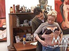 Egy közönséges orosz lány úgy döntött,hogy megmutatja tehetségét a video chat oldalakon. Megvárta, amíg azok között, akik csodálják őt valaki fizet személyes kezdett neki egy show pornó igazán. Magánbeszélgetések felvétele runetki egy maszturbáló csajjal kezdett dolgozni egy ujjával simogatta a lyukát,majd magyarul beszélő sexfilmek egy gumi csirkét tartott.