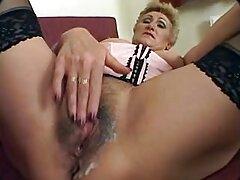 Egy leszbikus pár, Francia, Szemüveges és halhálók ülnek a nagy ágyon, és kölcsönösen gazdagítják egymást. Csajok meztelen szorító Mell, egymáshoz aktívan maszturbáció fedél, rázza seggét tele szórakoztató. Szexi lány kinyújtotta amatőr szexvideók a lábát, majd elkezdte fogás penetráció a hüvelybe, fokozatosan stretching minden kéz lehet a hüvelyben. A lány soha nem elégedett kakas őrült, pánik egy ilyen munkát.
