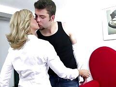 Egy olyan titkár, aki gyorsan megtapasztalta a megközelítést a fiatalember főnökével, akit csak amatorszex nem is olyan régen neveztek ki. Nem akarom elveszíteni ezt a munkát kell gyorsan elcsábítani egy férfit, majd elkezd dugni közvetlenül az irodában. Gyönyörű fiatal nő, kiváló minőségű, hagyta, hogy szopni friss. Minőségi szexi magas titkár, fiatal főnök, amikor elkezd után rögtön behatol a seggfej ő fejlesztette ki, majd adta a csirke, mint a dugattyú fáradhatatlan.